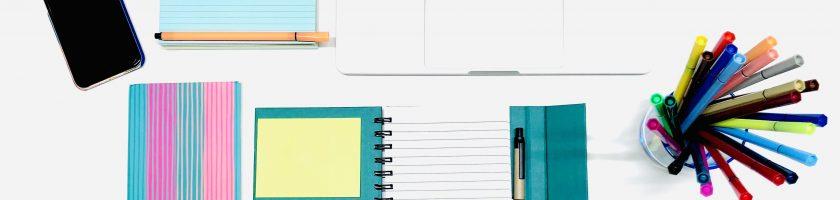 Schreibutensilien auf Schreibtisch