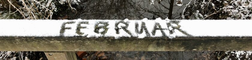 Schnee im Februar auf Brückengeländer