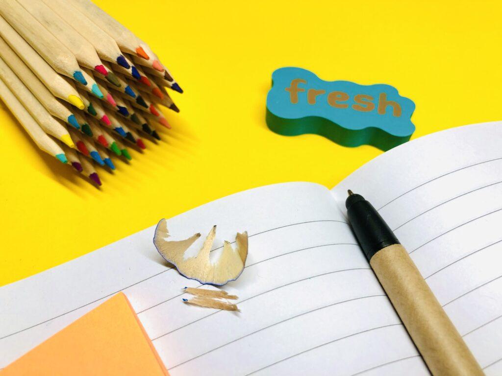 Stifte, Heft, Radiergummi auf dem Tisch
