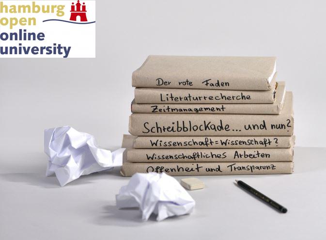 Bücherstapel mit Themen des wissenschaftlichen Arbeitens.