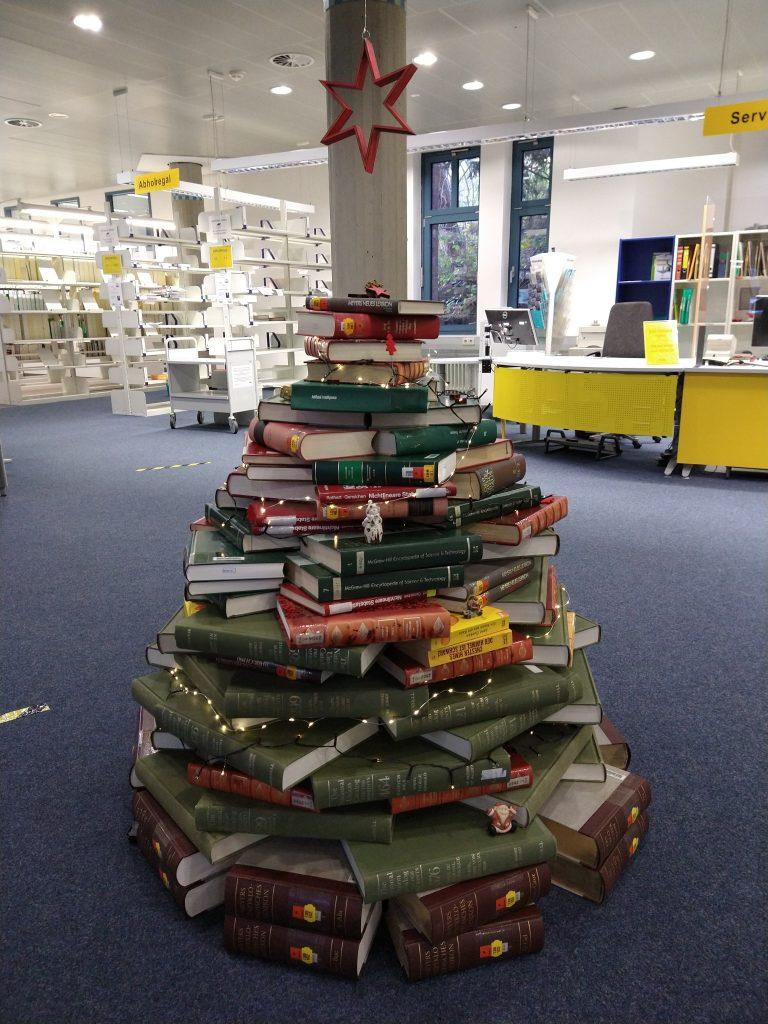 Der 'Weihnachtsbaum' aus Büchern im Eingangsbereich der TUB.